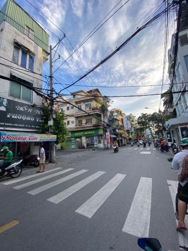 Đường trước nhà phố Đặng Văn Ngữ, Phú Nhuận Nhà phố mặt tiền trung tâm Phú Nhuận, hướng Tây Bắc.
