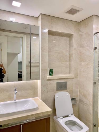 toilet Căn hộ Vinhomes Golden River tầng cao, view Tây Nam.