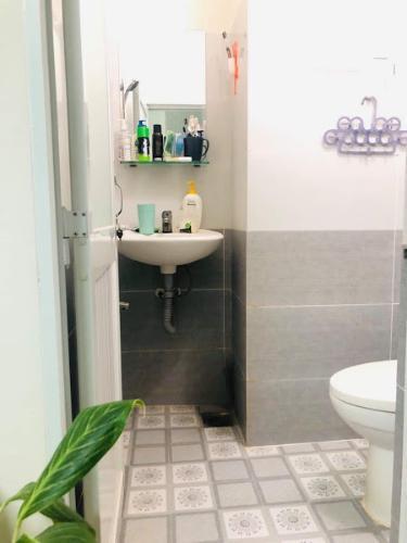 Phòng tắm căn hộ dịch vụ Chu Văn An, Bình Thạnh Căn hộ dịch vụ Chu Văn An đầy đủ nội thất, gần chợ Bà Chiểu.