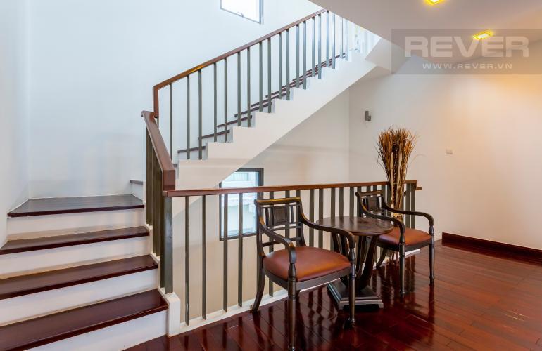 Góc cầu thang Villa Compound Riviera Quận 2 thiết kế sang trọng, đầy đủ tiện nghi