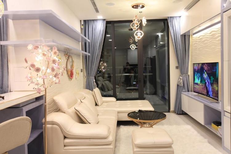 Bán căn hộ Vinhomes Golden River 1 phòng ngủ, tầng cao, đầy đủ nội thất, ban công Đông Nam.