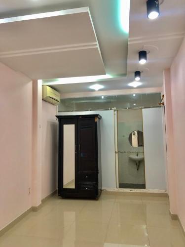 phòng ngủ 1 nhà phố quận 4 Bán nhà hẻm Đoàn Văn Bơ, nội thất cơ bản, diện tích 2.46x17.3m.