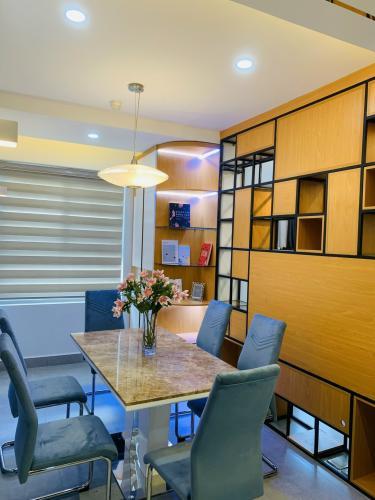 Bán căn hộ 3 phòng ngủ đầy đủ nội thất Saigon South Residence, view nội khu.