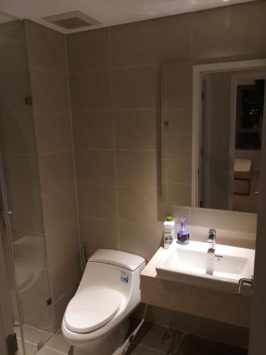 Phòng tắm căn hộ Đảo Kim Cương Căn hộ view nội khu Diamond Island đầy đủ nội thất sang trọng.