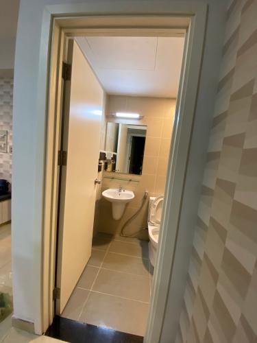 Phòng tắm Căn hộ Opal Garden Căn hộ Opal Garden ban công hướng Đông Bắc, view thành phố.