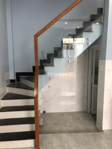 Cầu thang nhà phố quận 2 Nhà phố P. Bình Trưng Long, Q.2, sàn lót gỗ, không có nội thất.