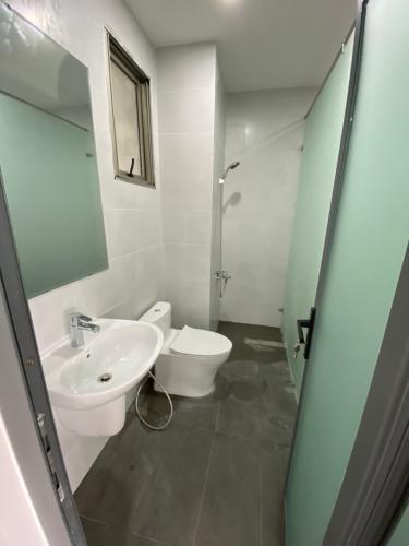Toilet shophouse Midtown Căn hộ shop-house Phú Mỹ Hưng Midtown, nội thất văn phòng cơ bản.