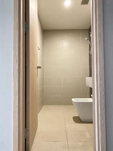 phòng tắm Căn hộ Officetel Sunrise City View nội thất cơ bản, view thành phố.