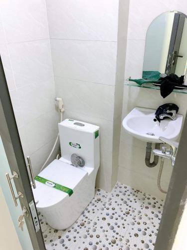 Phòng tắm nhà phố Hồ Thị Kỷ, Quận 10 Nhà phố hẻm trung tâm quận 10, gần chợ hoa Hồ Thị Kỷ.