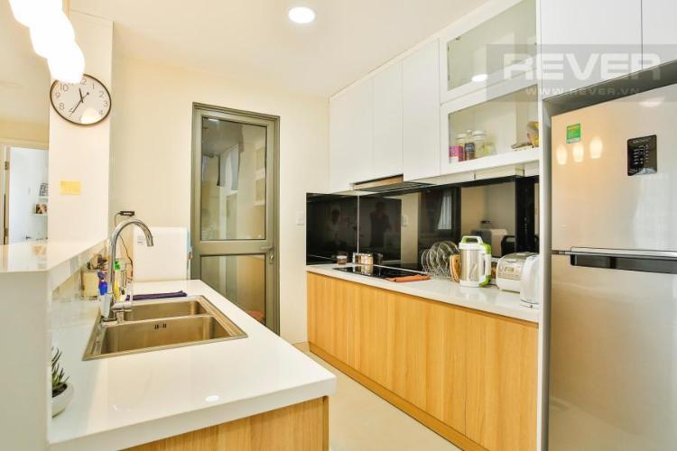 Phòng bếp rộng rãi với lối đi vào sân phơi Căn hộ T4B Masteri Thảo Điền trung tầng hướng Tây
