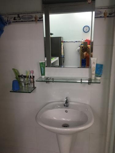 Phòng tắm nhà phố quận 9 Nhà phố hẻm 4m Đỗ Xuân Hợp, nội thất cơ bản, hướng Đông Bắc.