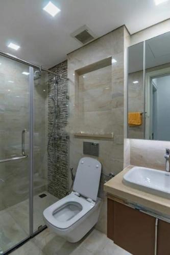 toilet Căn hộ Officetel Vinhomes Golden River nội thất đầy đủ.