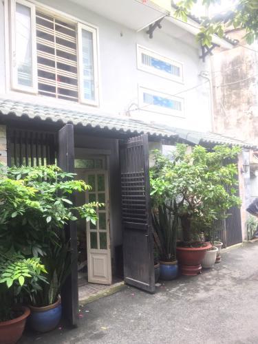 Mặt trước nhà phố đường Dương Quảng Hàm, Gò Vấp Nhà phố hướng Tây Nam hẻm xe hơi diện tích 64m2, có sổ hồng riêng.