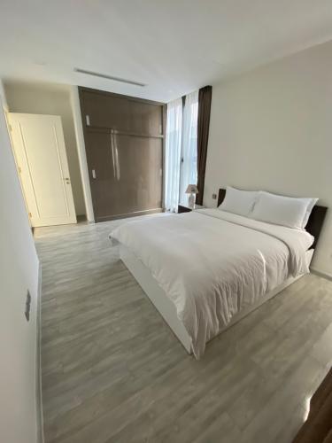 phòng ngủ Căn hộ Vinhomes Golden River tầng cao, nội thất đầy đủ.