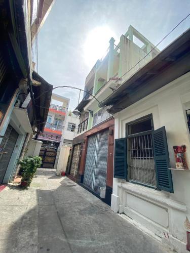 Hẻm trước nhà Trần Hưng Đạo, Quận 5 Nhà phố hướng Đông diện tích 98.13m2, bàn giao nội thất cơ bản.