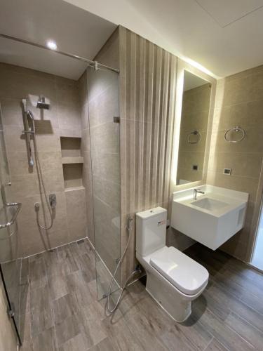 Phòng tắm Phú Mỹ Hưng Midtown Căn hộ Phú Mỹ Hưng Midtown nội thất cơ bản, thiết kế gam màu trắng.