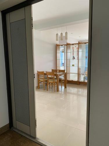 Không gian căn hộ chung cư Sao Mai, Quận 5 Căn hộ chung cư Sao Mai ban công Đông Nam, view thành phố đón gió mát.