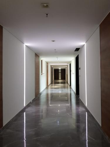 Hàng lang Phú Mỹ Hưng Midtown Shop-house Phú Mỹ Hưng Midtown bàn giao thô, diện tích 61.78m2.