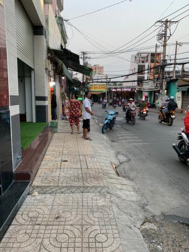 Đường nhà phố Bình Tân Nhà phố mặt tiền Bình Tân hướng Đông, ngay ngã ba kinh doanh sầm uất.