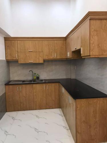 Phòng bếp Nhà phố hướng Tây Nam, mặt tiền đường xe hơi rộng rãi.
