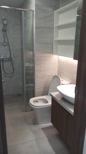 Nhà vệ sinh Kingdom 101, Quận 10 Căn hộ Kingdom 101 tầng trung, ban công view thành phố.