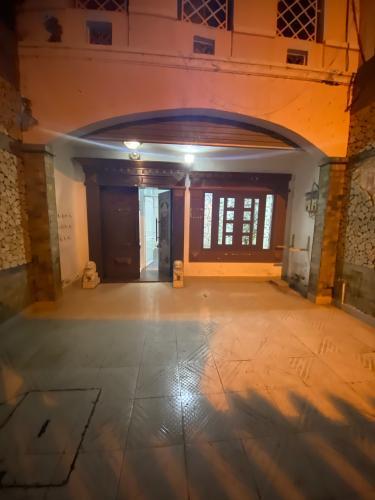 Sân trước nhà phố Mai Văn Ngọc, Phú Nhuận Nhà mặt tiền Phú Nhuận, diện tích rộng, nội thất cơ bản.