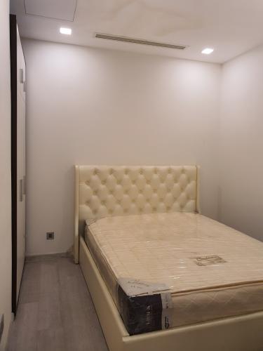 Phòng ngủ Vinhomes Golden River Quận 1 Căn hộ Vinhomes Golden River tầng cao, ban công hướng Đông Bắc.