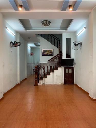 Phòng khách nhà phố Bình Tân Nhà phố 1 trệt 2 lầu hướng Đông, diện tích sử dụng 120m2.