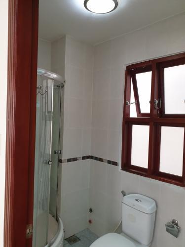 Phòng tắm nhà Bình Chánh Nhà phố diện tích 5mx20m nội thất cơ bản, đường xe hơi thông thoáng.