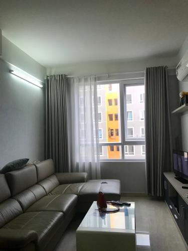 phòng khách căn hộ CBD Premium Home Căn hộ CBD Premium Home tầng trung, view nội khu hồ bơi.