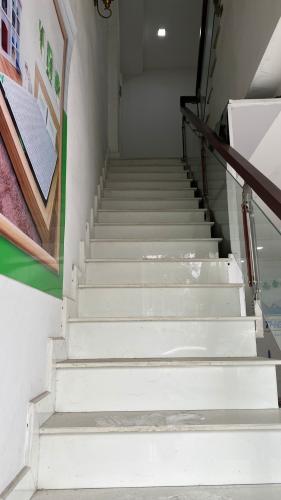 cầu thang lên phòng ngủ  Nhà phố hướng Đông Nam mặt tiền, diện tích sử dụng 432m2.