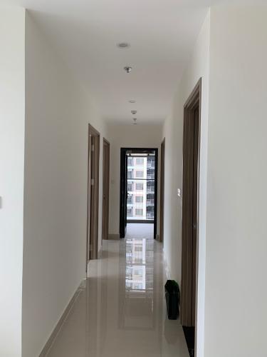 Hành lang căn hộ Vinhomes Grand Park Căn hộ Vinhomes Grand Park, view thành phố và nội khu thoáng mát.