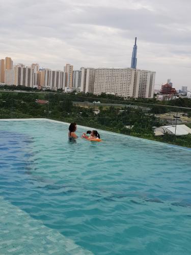 Hồ bơi căn hộ THE SUN AVENUE Bán căn hộ The Sun Avenue thuộc tầng thấp, 2 phòng ngủ, diện tích 67.3m2, đầy đủ nội thất