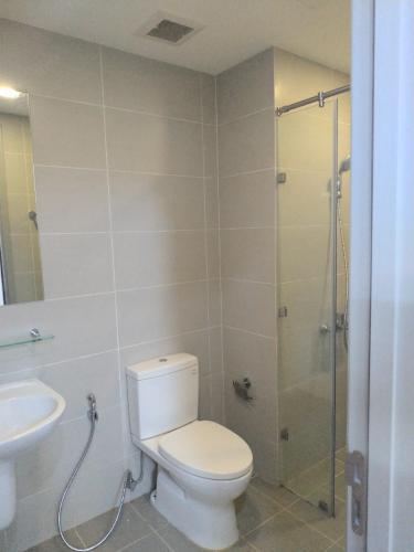 Phòng tắm căn hộ THE GOLD VIEW Bán hoặc cho thuê căn hộ officetel The Gold View 1PN, diện tích 63m2, nội thất cơ bản, view nội khu