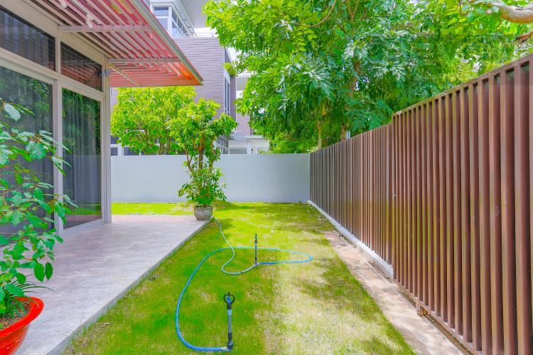 Sân Vườn Bên Hông Nhà Biệt thự nghỉ dưỡng 5 phòng ngủ Riviera Cove Quận 9