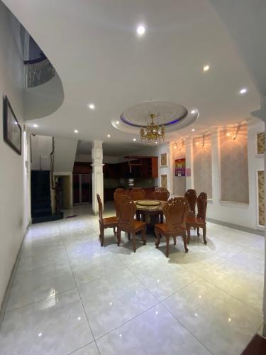 Phòng ăn nhà phố Mai Văn Ngọc, Phú Nhuận Nhà mặt tiền Phú Nhuận, diện tích rộng, nội thất cơ bản.