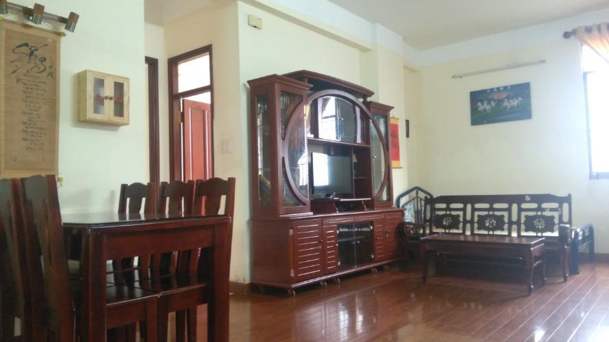 Căn hộ chung cư Thanh Niên đầy đủ nội thất gỗ, ban công thoáng mát.