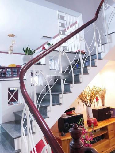 Cầu thang nhà phố quận Bình Thạnh Nhà hẻm Q Bình Thạnh có 2 mặt đường, có chỗ đậu xe, nội thất đầy đủ.