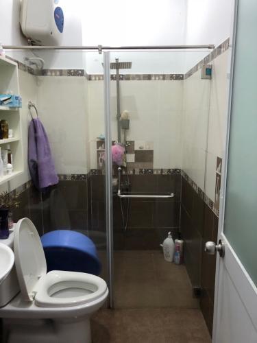 Phòng tắm nhà phố đường Lam Sơn, Tân Bình Nhà phố hướng Đông Nam diện tích 60m2, vị trí thuận tiện kinh doanh.
