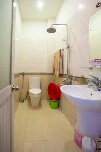 Phòng tắm nhà phố quận 2 Nhà hẻm 2m Quận 2,  đầy đủ nội thất, có sân rộng trước nhà.