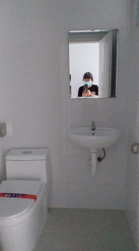 Nhà vệ sinh Topaz Home 2 Căn hộ Topaz Home 2 tầng trung, nội thất cơ bản, view thoáng mát.