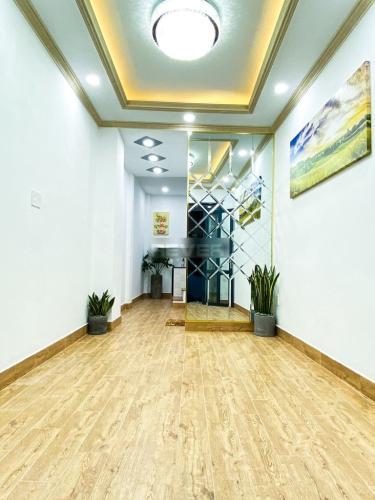 Phòng khách nhà phố đường Trần Xuân Soạn, Quận 7 Nhà phố hướng Đông Bắc kết cấu nhà 1 trệt 2 lầu, hẻm trước rộng 3m.
