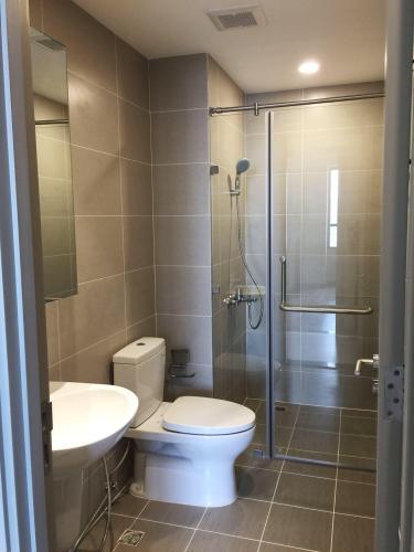 Toilet căn hộ THE GOLD VIEW Bán căn hộ The Gold View 2 phòng ngủ thuộc tầng trung, diện tích 68m2