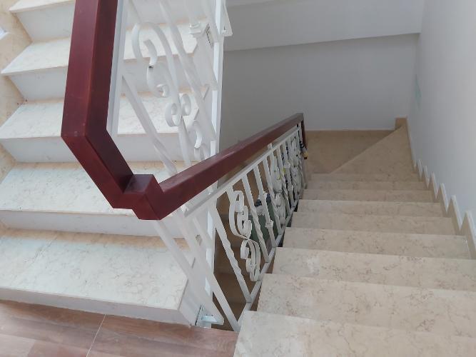 Cầu thang nhà phố quận 9 Nhà phố quận 9 nội thất cơ bản, có hầm để xe hơi.