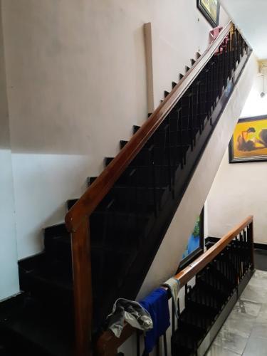 cầu thang nhà phố quận 1 Bán nhà hẻm Quận 1 nội thất cơ bản, có thể kinh doanh buôn bán.