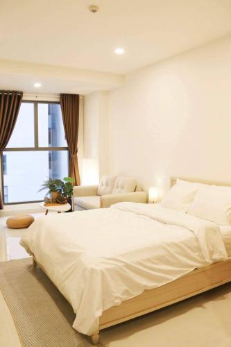Phòng ngủ căn hộ Saigon Royal Căn hộ Saigon Royal cửa chính hướng Tây Bắc, đầy đủ nội thất.
