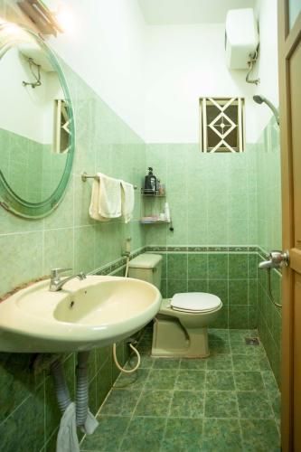 Toilet nhà Hoàng Hoa Thám, Bình Thạnh Nhà phố Hoàng Hoa Thám 80.5m2, sân thượng thoáng mát.
