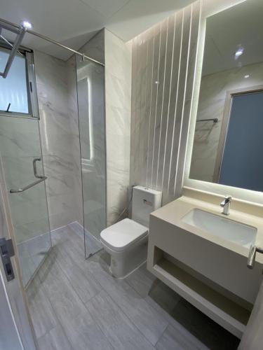Phòng tắm Happy Residence Căn hộ Happy Residence view thành phố, nội thất cơ bản.