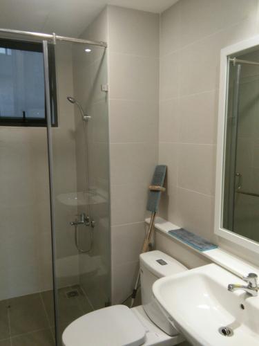 Phòng tắm căn hộ Safari Khang Điền Cho thuê căn hộ Safira Khang Điền tầng trung, 2 phòng ngủ, diện tích 67.23m2.