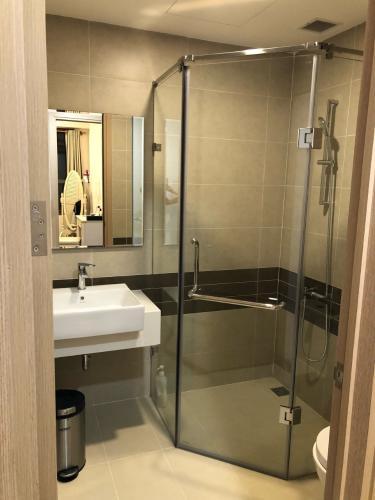 Phòng tắm River Gate, Quận 4 Căn hộ Rivergate Residence tầng trung, view Bitexco lung linh về đêm.
